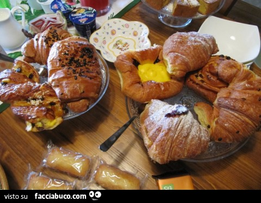 Colazione a base di cornetti e brioche for Buongiorno con colazione